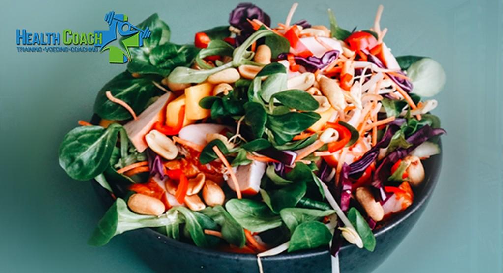 Spicy salade met kip, kokos en rode kool