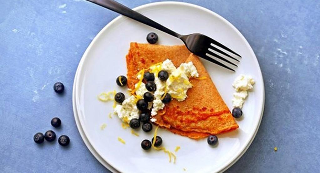 Recept: Volkorenflensjes met blauwe bessen en ricotta